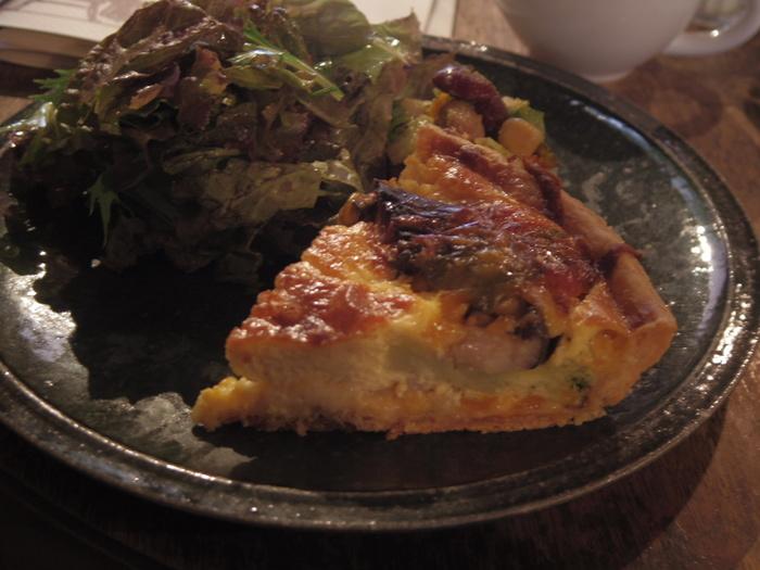 cafe marble (カフェマーブル) 仏光寺店でお食事を楽しみたいという方にはキッシュがおすすめです。こんがりとした焼き色のキッシュを一口食べると、新鮮な野菜、たまご、チーズの旨味が口のなかいっぱいに広がっていきます。