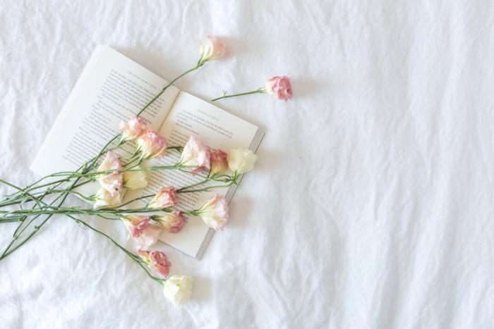 小説や詩、エッセイなど、素敵だな、と感じる文章を読んでみませんか。文章を読むと言葉が身につきやすく、美しい言葉遣いが自然にできるようになるかもしれません。