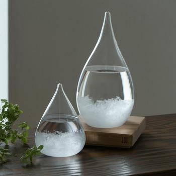 天候の変化に応じて様々な表情の結晶化を繰り返すガラスのオブジェ「TEMPO DROP」。19世紀にヨーロッパの航海士などに天候予測器として使用されていたストームグラスを元に生まれました。