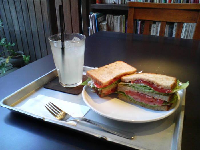 雨林舎では、カフェメニュー以外にもサンドイッチ、自家製カレーといった食事メニューも用意されています。しっかりと食べたいという方は食事メニューをオーダーしてみてはいかがでしょうか。