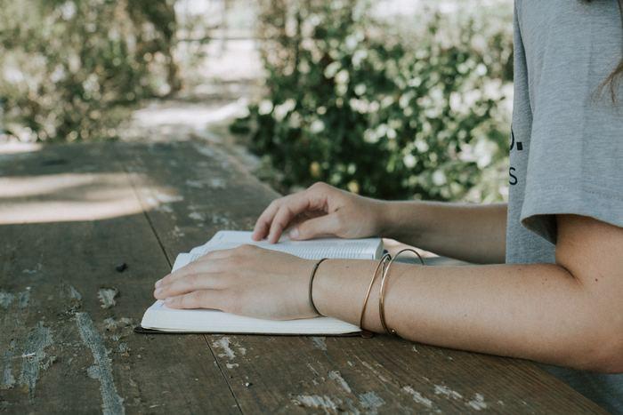 お気に入りの本を持ってオープンカフェに行くのもおすすめです。気持ちのいいスペースでの読書は、いつもよりスイスイ読み進めることができてしまうかも。 読書の他にも、葉書や手紙を書いてみるのもいいですね。メールでの連絡が多くなっている今、意表をつい手書きの葉書や手紙が届くと嬉しいものですよ。