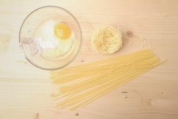 パスタは、冷えると麺がかたくなり、味がしみ込みにくくなります。そこで、冷製パスタを作るときは、味をからませるために、表面積の多い細麺を選ぶのがコツ。カッペリーニやフェデリーニなどがおすすめです。