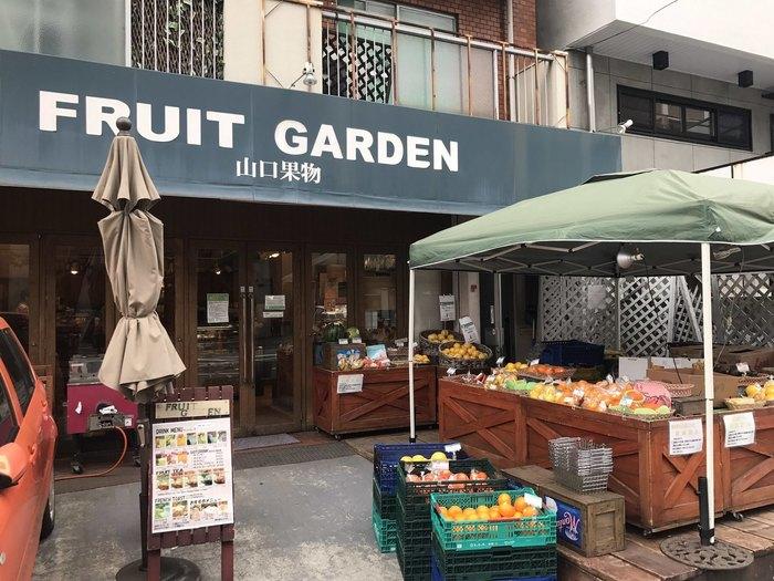 「山口果物」は、地下鉄・谷町六丁目駅から徒歩5分ほどの位置にある果物屋さんです。お店の前には新鮮な果物が並んでいて、思わず足を止めてしまいそう。こちらの店内では、果物屋さんならではのフルーツをたっぷり使用したかき氷を食べることができます。