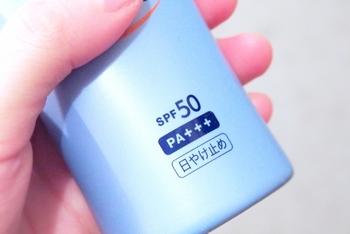 SPF15であれば約5時間、SPF30であれば約10時間、SPF50であれば約16時間、という読み解き方になるのです。 日焼けをするまでの時間は個人差がありますので、100%防止できるとは言えませんが、日焼け止めを選ぶときの目安にすると良いでしょう。