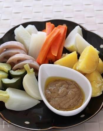 圧力鍋はメインの肉料理や魚料理だけではなく、副菜の野菜料理にも活躍してくれます。こちらはカブ・レンコン・人参・ジャガイモなど、様々なお野菜を圧力鍋で加熱したヘルシーな温野菜レシピ。野菜を加熱する時にソースも一緒に圧力鍋で調理できるので、手早く美味しいバーニャカウダが作れますよ◎。