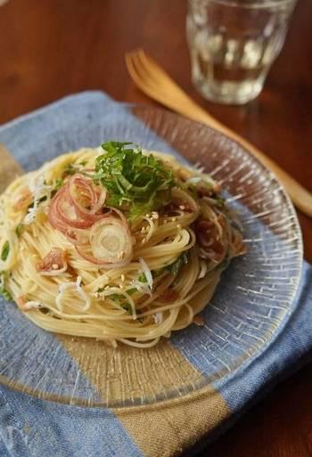 夏にさっぱりと和風で…とくれば、やはり梅。大葉やみょうがなどの香味野菜とともに清涼感のあるおいしさに仕上げます。麺つゆを使うので簡単です。