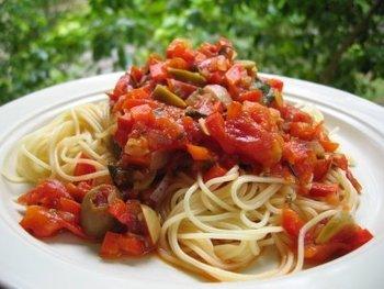冷製パスタといえば、やはりトマトが王道。冷製パスタの中でもトマトは人気1位のようです。こちらは、ローマで出合った本格レシピだそうですよ。