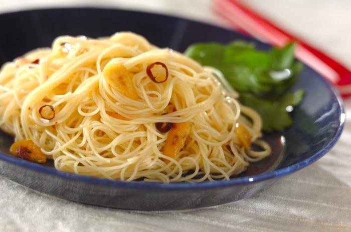 パスタの基本・ペペロンチーノを冷製で。アンチョビを少し入れて、うまみとコクをプラスします。ガーリックの香りがたまりません。のどごしがよく、食欲がないときにもさらりといただけます。