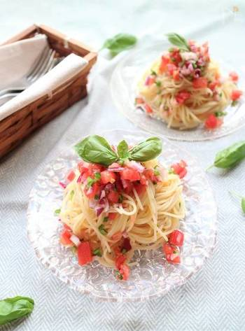 彩り美しい自家製のサルサソースをからめた冷製パスタ。サルサソースは、メキシコなどラテンアメリカで愛されるソースで、フレッシュトマトを使ったサルサ・メヒカーナはどんな料理にも合うみずみずしいおいしさが特徴です。