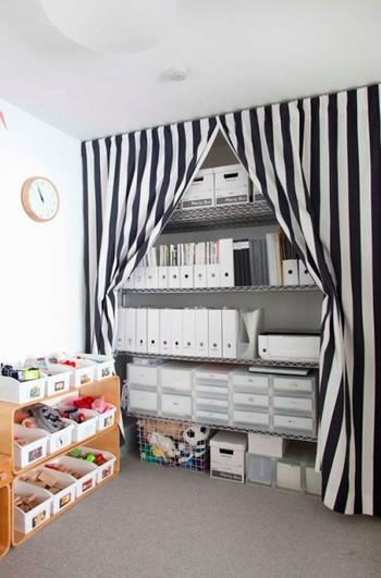 大きなスチールラックを壁一面に置けば、クローゼットスペーズに早変わり。収納ボックスやファイルボックスなどを使って衣類はもちろん、こまごまとしたものまで収納できます。突っ張り棒でカーテンを引けば目隠しもお手の物!