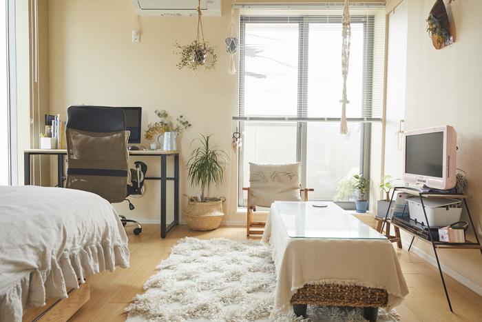 一人暮らし最大のお悩みポイントは、やっぱり狭さでは?一つの部屋の中にリビングやダイニング、寝室の機能まで詰め込むため、どうしても圧迫感が出てしまいます。しかしキロクさんのお部屋は7.3帖とは思えないほどすっきり広々。それはテーブルやテレビといった、重さのある家具・家電の重心を低く抑えているから。座ったときの目線より高いところに、重さのあるものを置かないことも、広く見せるための工夫です。ちなみにメイク道具などの細々したものは、ガラステーブルの中に納まっているそう。後からかけたという目隠し用の布も雰囲気が出ていておしゃれ。