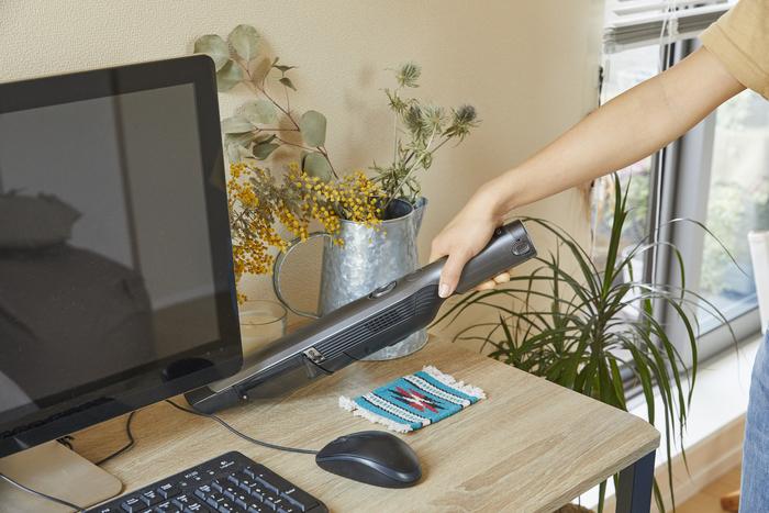 軽くてコンパクトなのも、女性の一人暮らしでは大事な要素です。使用時の重さはわずか620g。片手で楽々持つことができ、デスクまわりや棚の上も、気付いたときに簡単に掃除することができます。