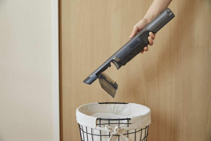 床拭きシートや粘着クリーナーでは、捨てる際に手が汚れてしまい、不快に感じていたキロクさん。ごみ捨てやメンテナンスが簡単なことも、掃除を気分良く行うには大切だと気付いたようです。『EVOPOWER』のごみ捨ては片手でワンタッチ。ダストカップとフィルターは水洗いもできるから衛生的に使うことができます。