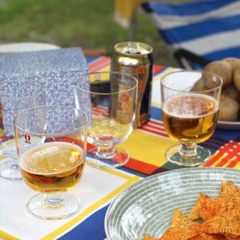 お酒が好きな2人には、ペアのグラスも素敵です。 こちらのグラスは脚の部分が長くないので、ワインも気軽に、ビールを飲む際やデザートを盛り付けてもGOOD。使い勝手がよいアイテムは、重宝するので喜ばれます。