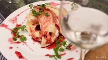 レアチーズ餃子」などデザート餃子は、シメにぴったり。サラダやパスタなどもあり、餃子との意外な組み合わせを発見できますよ。