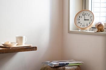 暮らしにひとつあると便利なものが時計ですね。壁に掛けるだけでなく、スタンドを使って置けるものなら場所を選ばず使えそう。シンプルなデザインならなおGOOD!