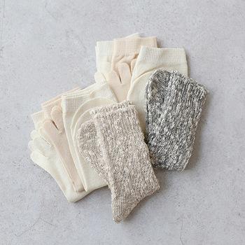絹と綿の靴下を重ねて履く、冷え取り靴下で足元からほっこり温めましょう。天然素材で足がさらっとします。足の冷えは全身の冷えに繋がるので、靴下を履いて過ごす習慣をつけてみて。
