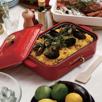 コンパクトサイズのホットプレートなら、普段の食事にも、ちょっとしたパーティーにも大活躍!一緒に調理をしながら食べられるアイテムなら、食事の時間を楽しく過ごせるときっと喜ばれます。