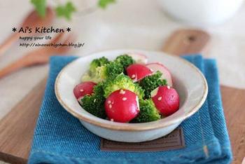 「白だし和え」とありますが、とっても簡単。  野菜をドレッシングではなく、白だしで和えていただくレシピです。ブロッコリーとの緑・ラディッシュの赤のコントラストがきれいですね。  こちらのレシピではラディッシュは生、ブロッコリーは茹でたものになっていますが、ラディッシュ&ブロッコリーを一緒にお皿にのせてラップをし、3分ほどレンチンしたものを使っても美味しいですよ。