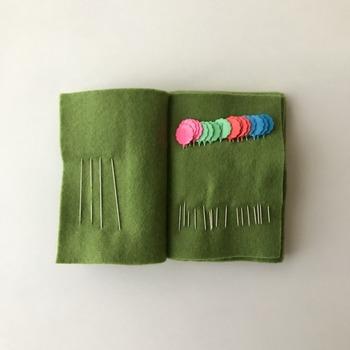 市販のニードルセットを購入したり、自分でフェルトなどでニードルブックを作るのも素敵。