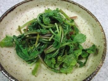 こちらも、一般的なナムルの作り方と同じ。  ラディッシュの葉をさっと茹でたら、ごま油などで味付けして出来上がり!  もちろん、ラディッシュの根と一緒に和えても、美味しくいただけます。