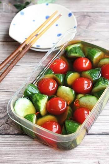 優しい味で、箸休めなどにも楽しめるきゅうりとトマトのだし漬け。一晩漬け込むと、しっかり味がしみます。彩りも清涼感がありますね。