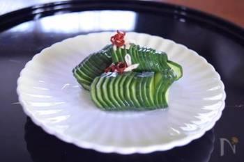 普通のきゅうりも、切り方次第で懐石料理のような美しさに。写真は、蛇腹切りのきゅうり。切り込みが多く入っているため、味もよくしみた漬物になります。