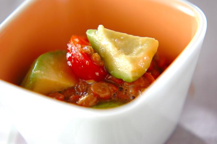 混ぜるだけのスピードメニュー「アボカド納豆」は、ヘルシーな食材たちの共演。  アボカドの変色を防ぐためのレモンが爽やかに香り、いつもの納豆をさっぱりと目新しい印象に変えてくれます。