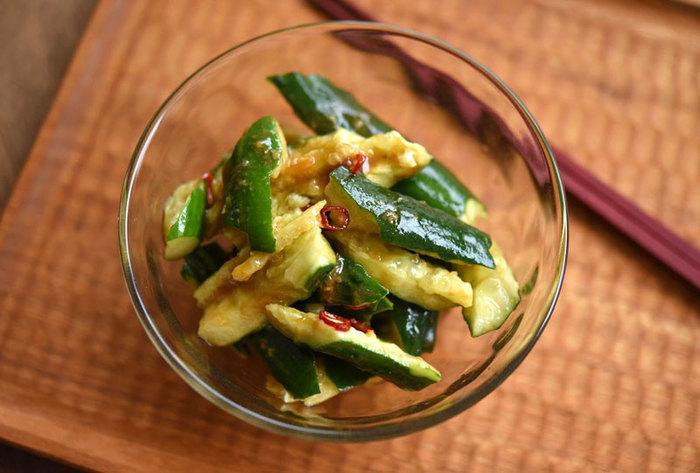 「ピリ辛たたききゅうり」は、ぱりっとした食感が楽しい1品です。唐辛子のほどよい辛味で、食欲のない時でも箸がすすみそう。  「味噌」の隠し味が効いています。おつまみにも。