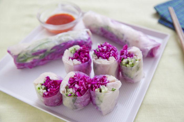 きゅうりと紫キャベツのコントラストが美しい、エスニック風の生春巻き。ライスペーパーの透け感が涼しげで、ヘルシーなのがうれしいですね。サラダチキンを使ってボリュームもアップ!