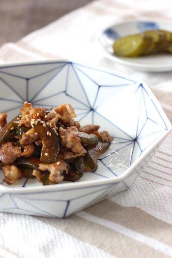 漬かり過ぎてすっぱくなってしまったきゅうりの古漬けを、豚バラ肉とともに炒め物にするアイデアレシピ。濃厚なバラ肉のうまみに酸味とコリコリ感が加わった、おつな味です。