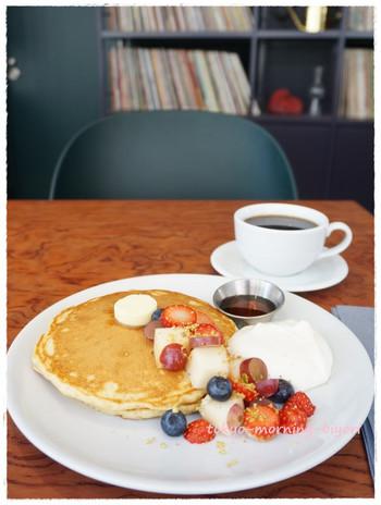 「マスタードホテル渋谷」に宿泊したら、1Fに併設されたカフェ「BAR&PATISSERIE Megan(バーアンドパティスリーミーガン)」も見逃せません。アサイーボウルやサンドイッチなど、朝からおしゃれで美味しい朝食が頂けます。