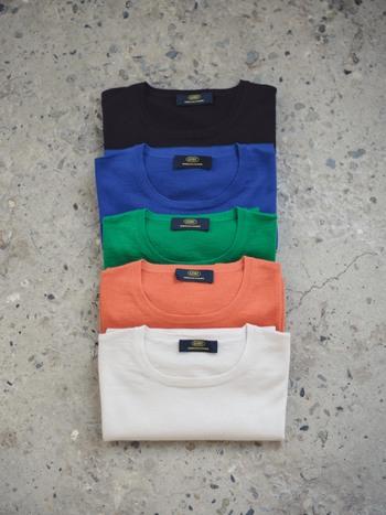 「GOBI(ゴビ)」は、1981年に創業したモンゴルのファクトリーブランド。カシミヤの原毛管理から製品生産まで行っている、世界最大級のカシミアブランドとして世に知られています。特にこの夏にオススメなのが、上品な光沢が特徴の「サマーカシミアニットTシャツ」。今年日本に展開されたばかりの、新作です。