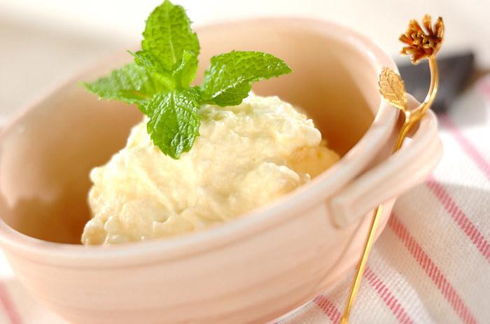 タピオカとアイスクリームを混ぜ合わせて固めたちょっぴり変わったタピオカスイーツです。ココナッツシロップで風味付けをするとアジアンテイストが強く表せます。
