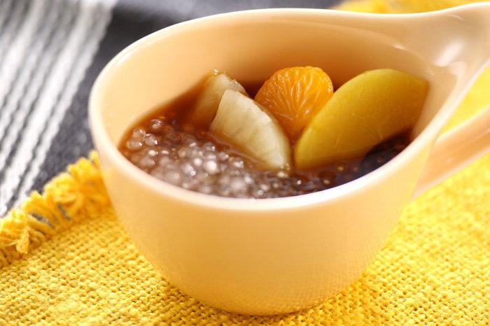黒蜜でするりといただく和風タピオカ。目先が変わって、面白いですよね。缶詰のフルーツを使うとお手軽に作れます。