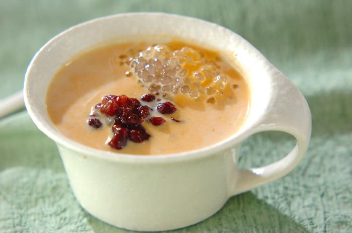 かぼちゃとあずき、タピオカという和風でもありアジアンテイストでもあるスイーツスープです。日本人にも馴染みのある組み合わせなので、高齢の方にも喜ばれるレシピです。