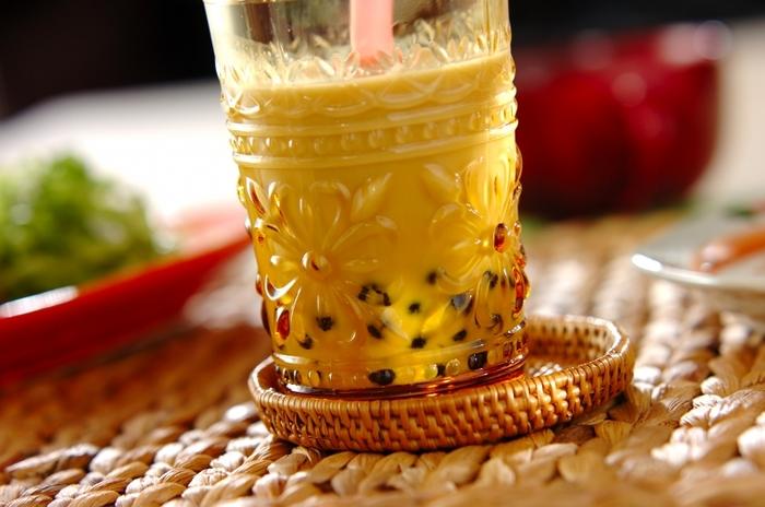 お砂糖を入れて甘くしたミルクティーに黒いタピオカがよく映えます。タピオカは茹でたら、ぬめりを取るようにしっかり水洗いすると口当たりがよくなります。