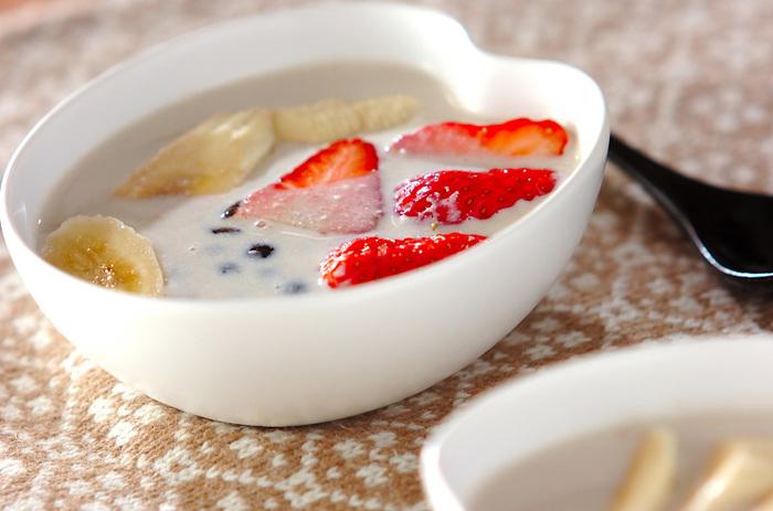 ココナッツミルクと豆乳を合わせ、静かに温めます。沸騰すると風味が飛んでしまうので、火を入れすぎないように気を付けましょう。エスニック風味のおしるこはクセになる美味しさです。