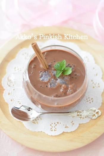 熱いコーヒーで溶かしたチョコレートがふわりと優しく香るタピオカスイーツです。シナモンスティックをアレンジすると、上質な雰囲気を演出できますね。