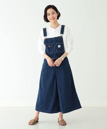 こちらは大人可愛いサロペットタイプのワイドキュロット。ジャンパースカートのような上品なシルエットがおしゃれな雰囲気ですね。Tシャツやブラウスはもちろんのこと、厚手のニットやカーディガンを組み合わせても◎。季節を問わず、オールシーズン着回せる万能さも大きな魅力です。