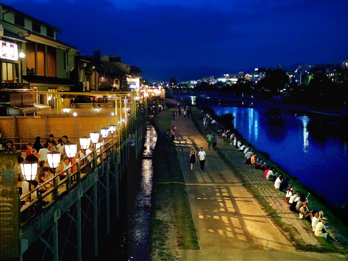 世界的な観光地である京都。四季折々楽しむことができますが、夏の京都と言えば「床」ですよね。ランチまたはディナーの時には、せっかく京都に来たなら…ということで「床」で食事をしたいという人も多いかと思いますが、よく耳にするのは「川床へ行く」という言葉。