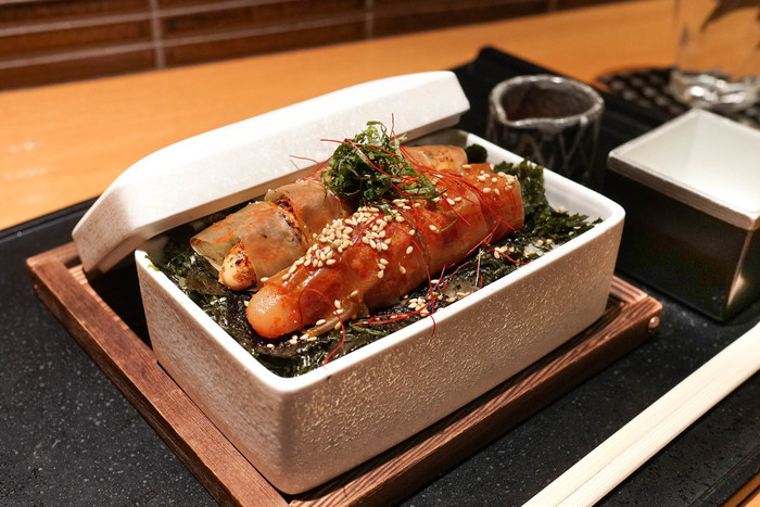 福岡・博多で生まれたといわれる「辛子明太子」。あたたかい白ご飯が何杯でも食べられる、最高のごはんのお供ですよね。もとは、韓国にあった魚卵の塩辛が日本に渡り、それを老舗「味の明太子ふくや」初代社長が韓国キムチからヒントを得て商品化したそう。ラーメン店や居酒屋さんのメニューにあるのはもちろん、贅沢に明太子を食べられるお店もいくつかあるので、探してみてくださいね。