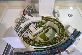 首都高速3号渋谷線と中央環状線を結ぶ大橋ジャンクションの屋上、地上11~35メートルの高さに緩やかなスロープを描いて作られた「天空庭園」。下には目黒川が。