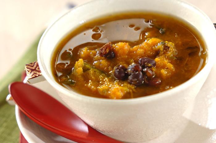「冬至に食べると風邪をひかない」と言われる栄養豊富なかぼちゃと小豆を使い、砂糖を入れずに作る「薬膳スープ」は、自然でやさしいお味で、梅雨時にもおすすめ。  電子レンジでかぼちゃをチンしてから煮込むので、5分ほどで出来上がるのも嬉しいですね。