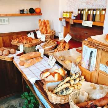 かわいらしい雰囲気の店内には、焼きたてパンがずらり。身近で良質な素材にこだわり、国産100%の小麦やぶどうから種をおこした自家製自然酵母を使用したパンが自慢です。