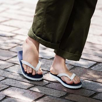 肌触りの良い天然ゴムを使用しているから、履き続けることで自分の足の形になじんでくるのだとか。旅先に持っていくと大活躍しそうですね。