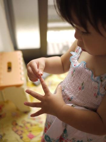 小さいお子さんの場合、あまり細かくマスキングテープを切ってしまうと、必要面積が仕上がる前に、飽きてしまうことも。  最初はマスキングテープを大きめに切ってあげつつ、様子を見て小さいものを織り交ぜていくとスムーズに進みやすいです。
