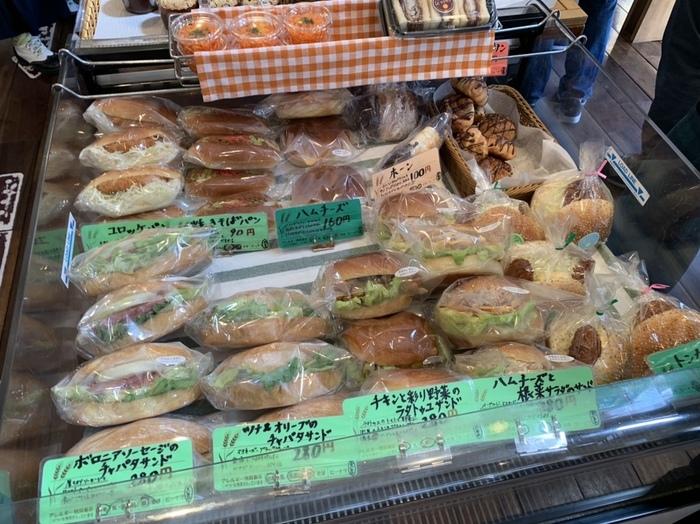 チャパタサンドなどボリュームのあるパンも人気です。店内にはカフェスペースやテラス席があり、ここでいただくこともできます。