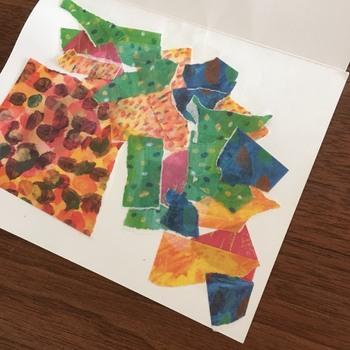 別の用紙を用意し、1で切り抜いた部分からはみ出る程度の面積に、自由にマスキングテープを貼っていきます。  いろいろな大きさ、形にちぎって貼り合わせていくと、リズムや変化が出やすいですよ。