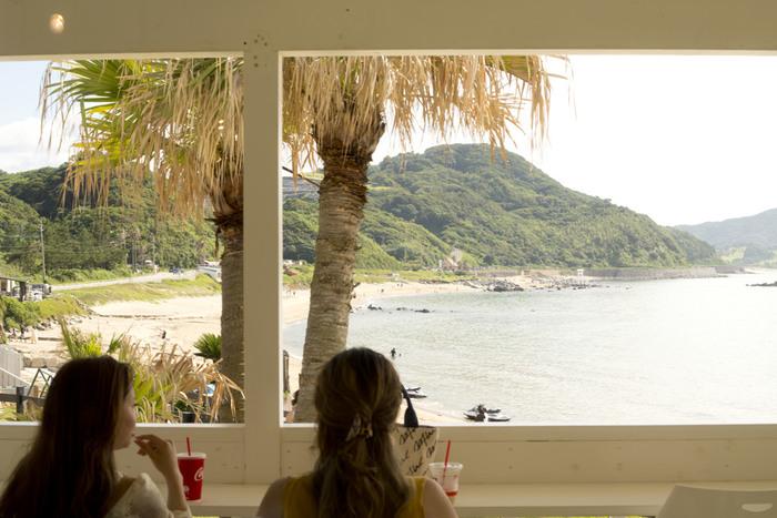 近ごろ人気の「糸島」は、島ではなく半島のこと。 福岡市から車で約40分程度なので、レンタカー旅行の方には特におすすめしたいエリアです。都心から近いものの、リゾートのような美しい海とのんびりとした島の雰囲気を楽しむことができますよ。  キナリノには、糸島だけを紹介する記事もいっぱいあるので、ぜひチェックしてくださいね!